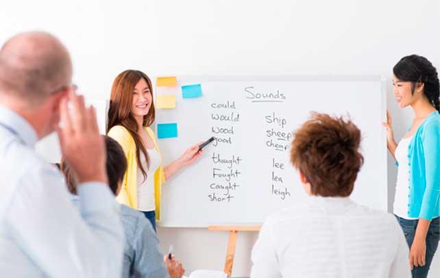 Diferencias entre las clases personalizadas de inglés y las clases grupales